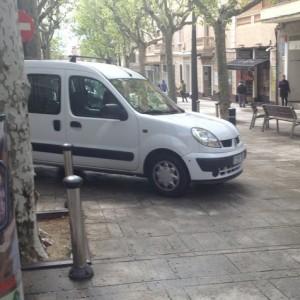 Cotxes Saltant-se Les Pilones A La Part Alta De La Riera De Mataró Que Els Botiguers Volen Que Es Treguin